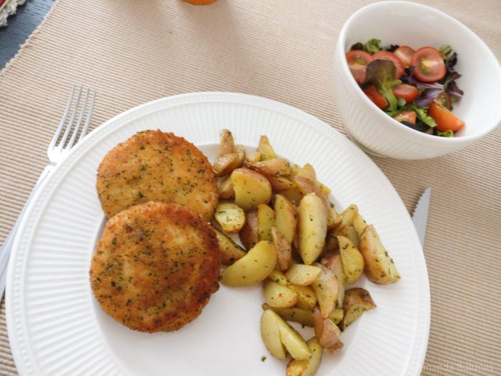 Zalmburgers met aardappeltjes en salade