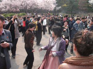 Dansende vrouwen in park Moran Hills