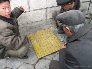 Noord-Koreaanse mannen spelen Koreaans schaken