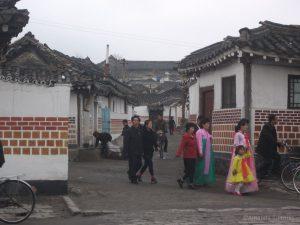 Vrouwen in feestkleding - Kaesong, Noord-Korea