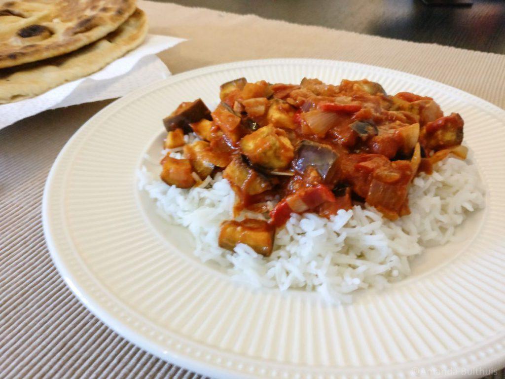 Aubergine curry met naanbrood