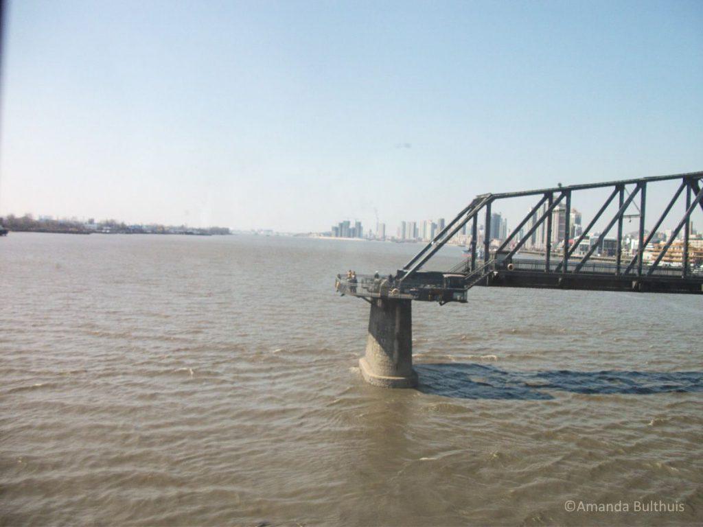 Chinese kant van een vroegere brug tussen China en Noord-Korea