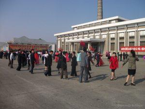 Medewerkers fertiliser factory oefenen voor Mass dances