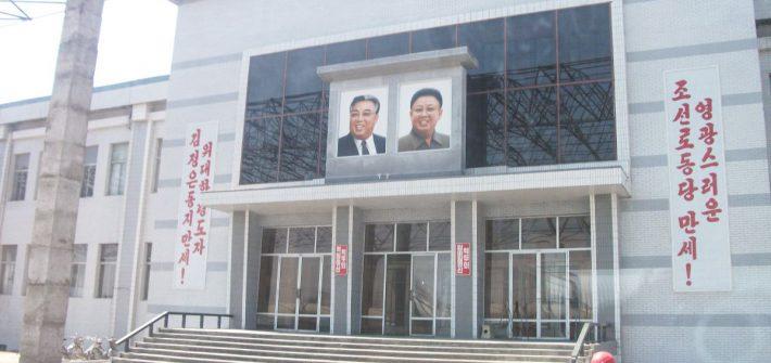 Station vanuit de trein naar Pyongyang
