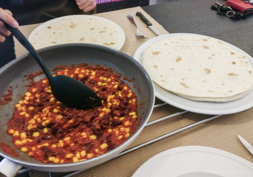 Tortilla met tomaten-bonensaus