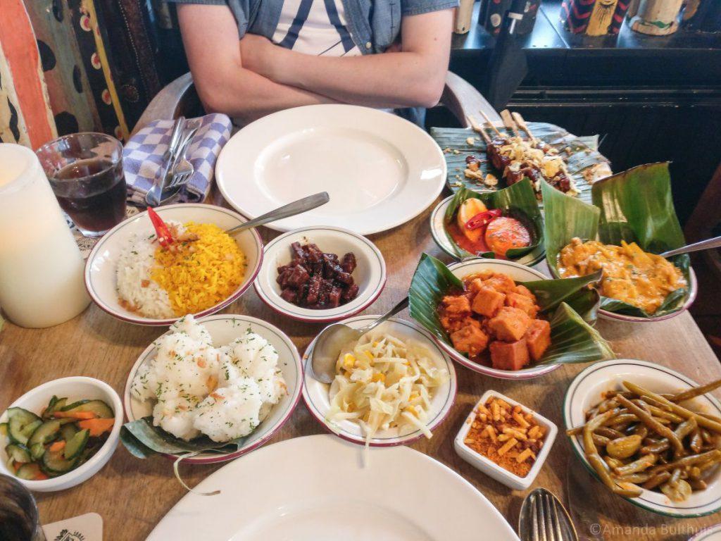 Vegetarische Indonesische rijstschotel
