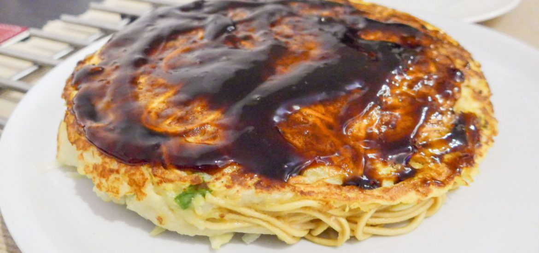 Okonomiyaki met saus