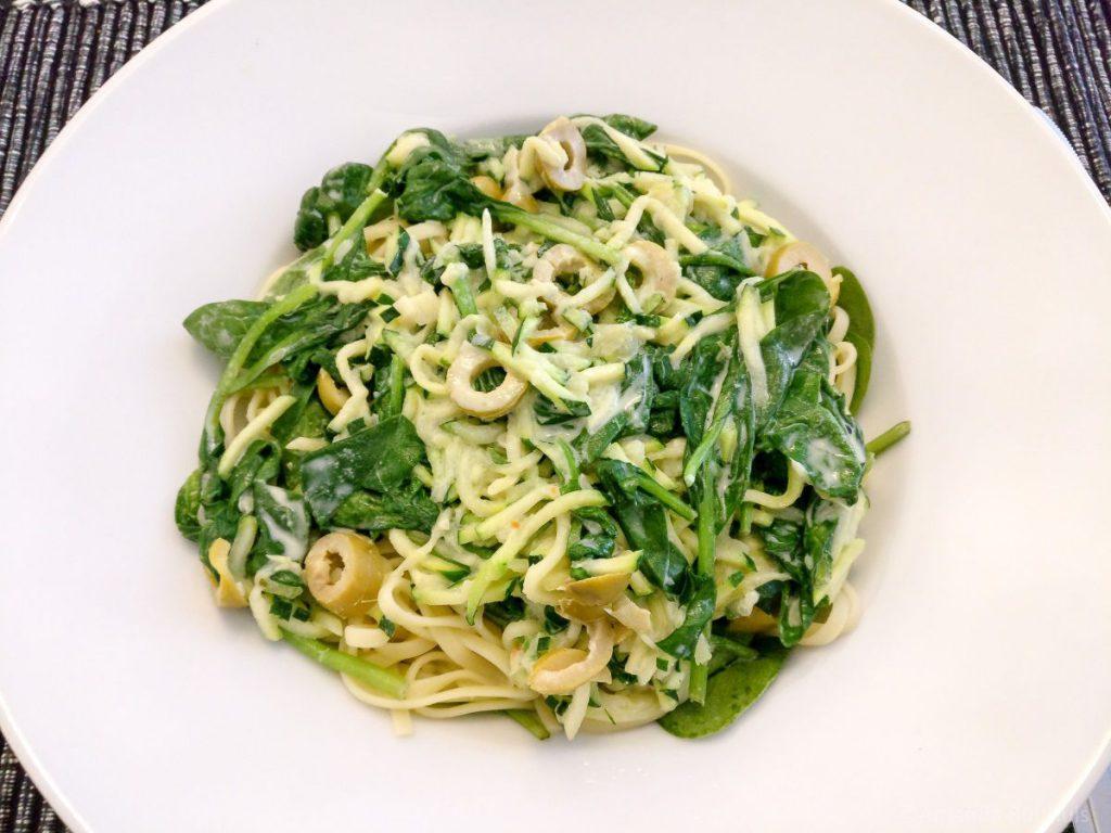 Pasta met courgette, spinazie en olijven