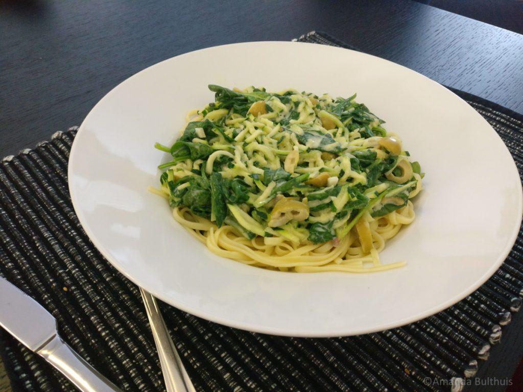 Linguine met courgette, spinazie en olijven