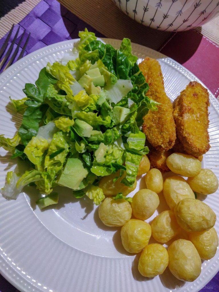 Salade met vegetarische kipsticks en krieltjes