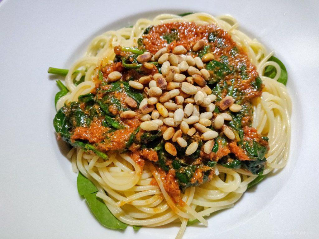 Spaghetti met spinazie, pesto en pijnboompitten