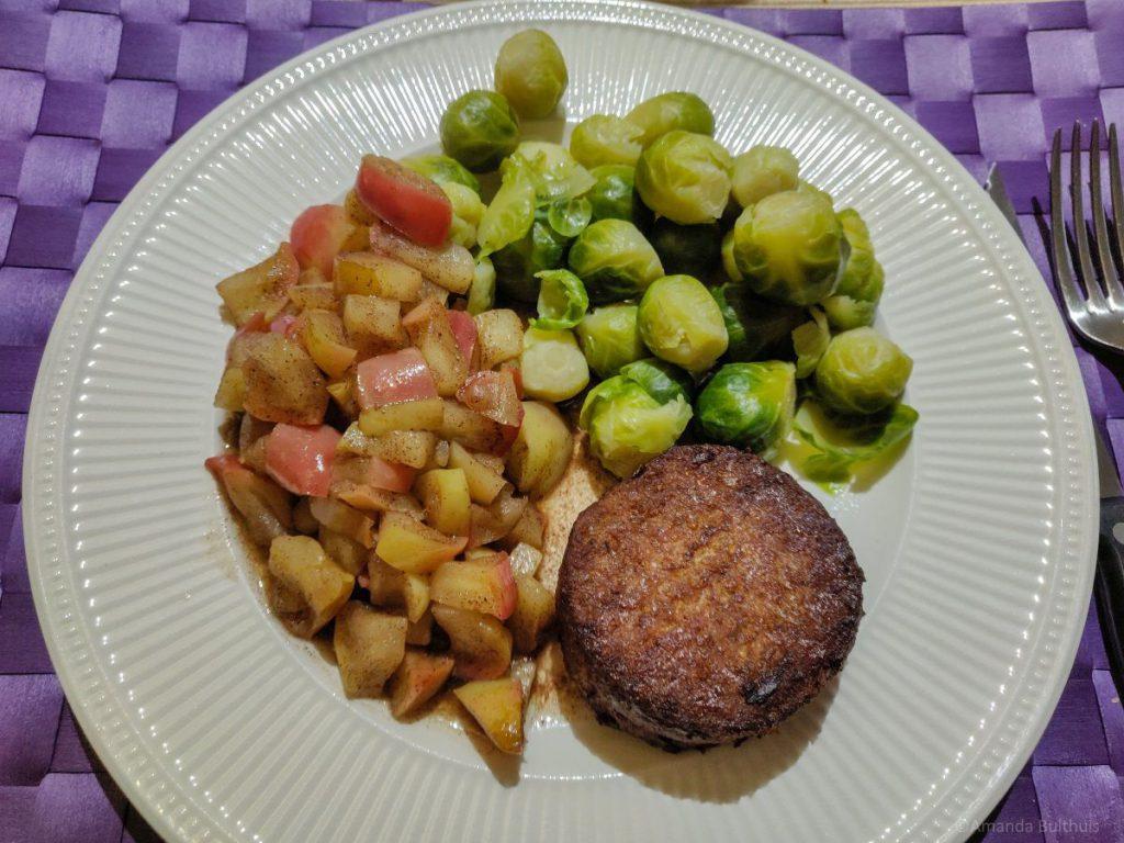 Spruitjes, appel en gehaktbal