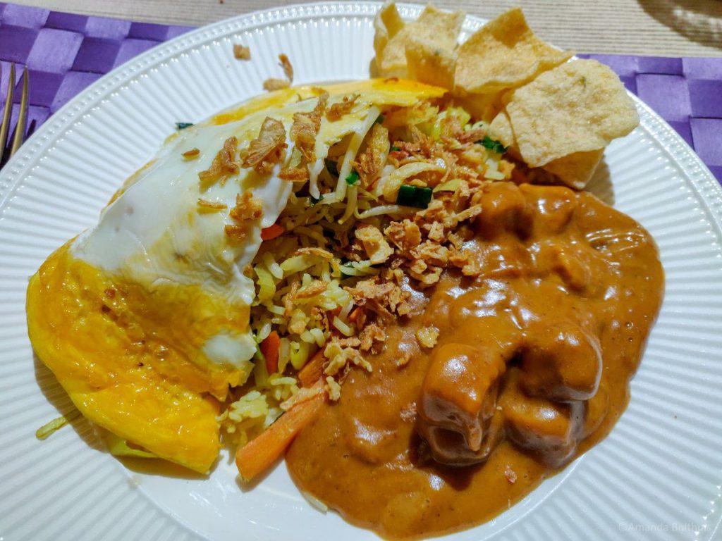 Nasi met ei en vegetarische saté