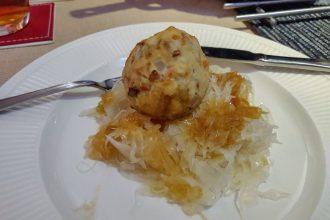 Vegetarische speckknödel met zuurkool