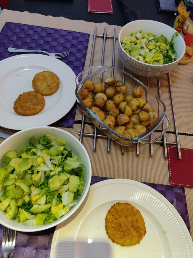 Salade met krieltjes en vegan kaaschnitzel