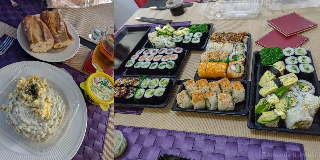 Salade met stokbrood en sushi