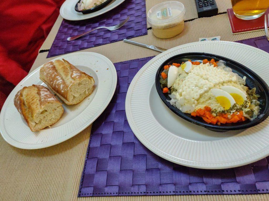 Salade met stokbrood en hummus