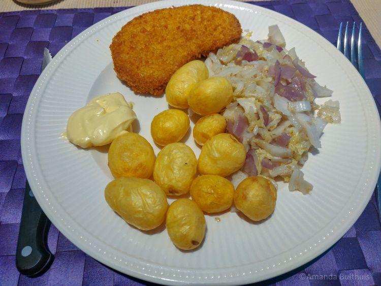 Vegetarische kipschnitzel, aardappeltjes en Chinese kool