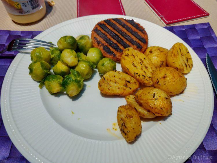 Aardappels met vegaburger en spruitjes