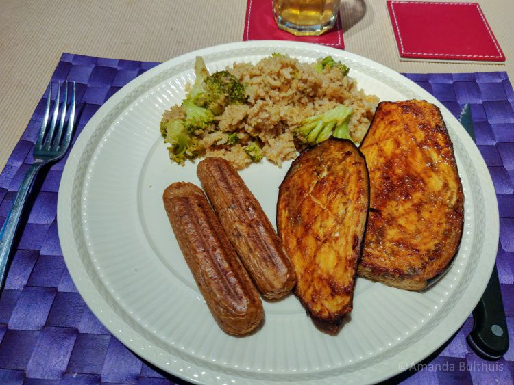 Aubergine, vegaworstjes en rijst met broccoli