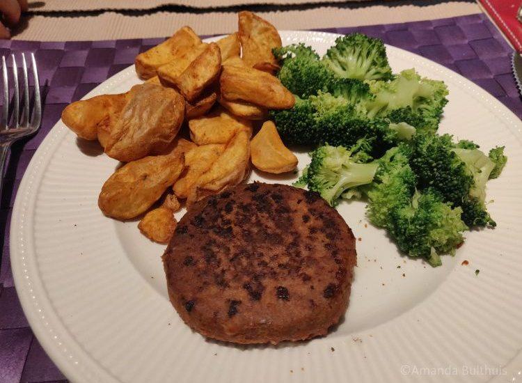 Moving Mountains Burger met aardappelpartjes en broccoli