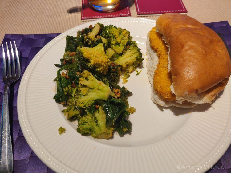 Broodje vegan kipschnitzel met broccoli en spinazie