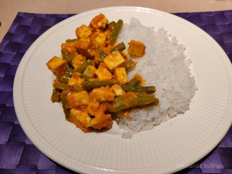 Curry met tofu en sperziebonen