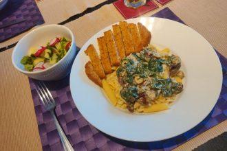 Pasta met vegetarische schnitzel en salade