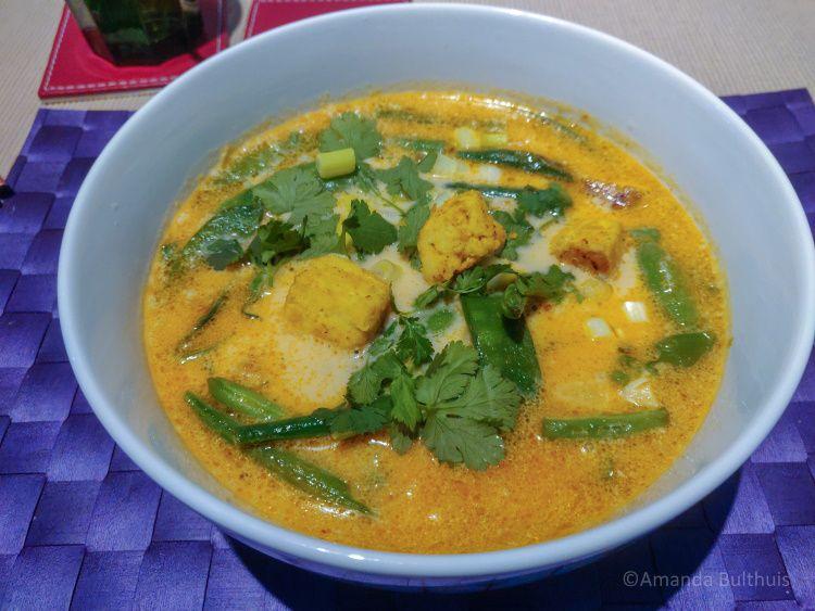 Curry noedelsoep met peultjes