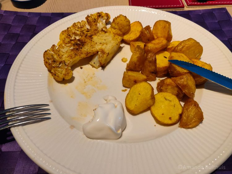 Gegrilde bloemkool en gebakken aardappeltjes