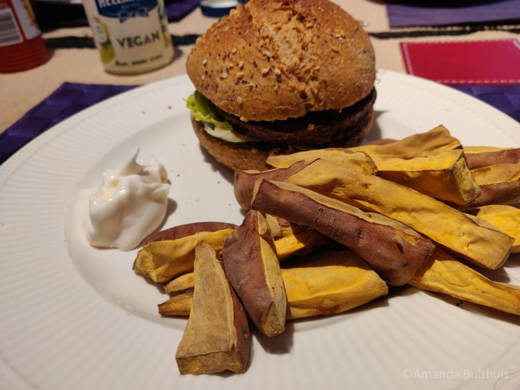 Iglo vegetarische burger met zoete aardappelfrietjes
