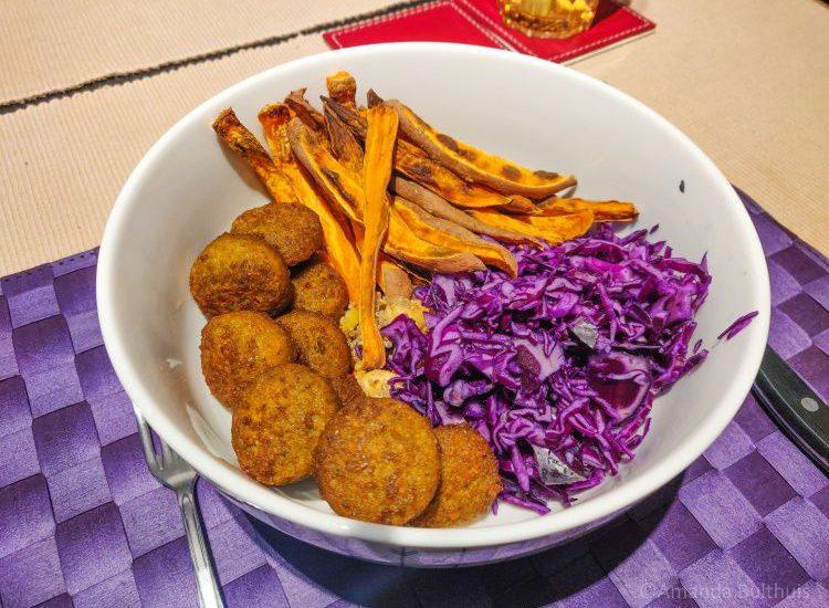 Bowl met rode kool en zoete aardappelfriet en falafel