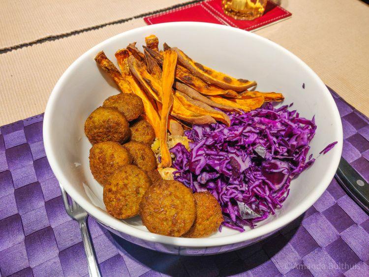 Bowl met rode kool en zoete aardappel friet en falafel