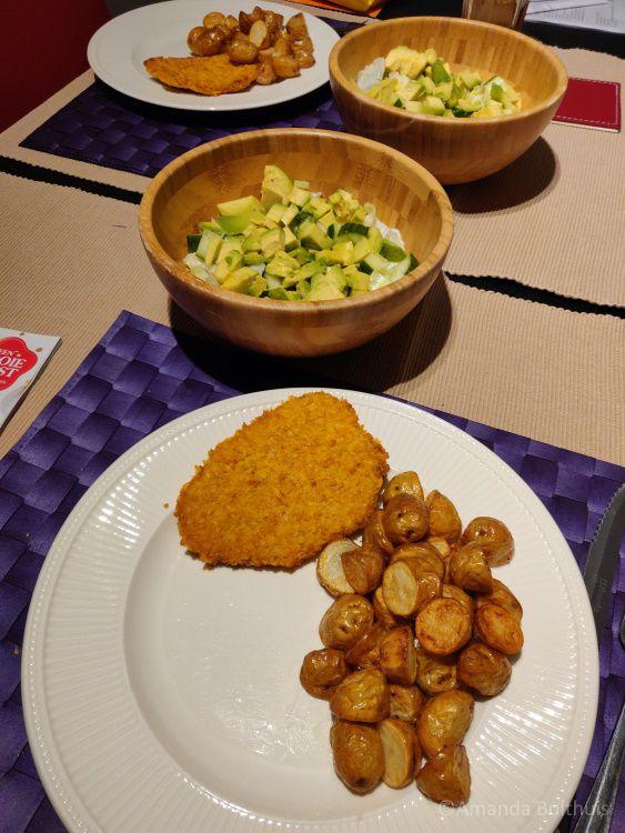 Krieltjes en salade met vegan kipschnitzal
