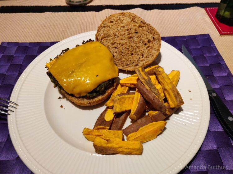 Boerenkoolburgers met zoete aardappelfriet