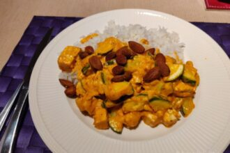 Curry met courgette en amandelen