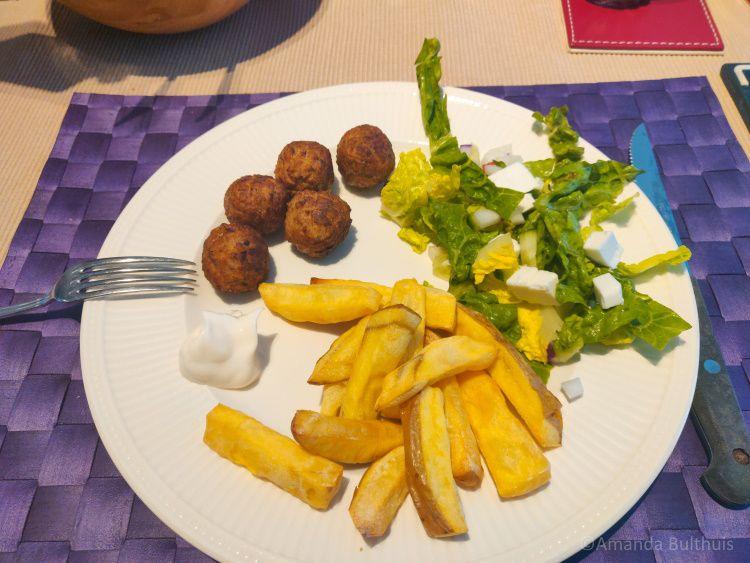 Salade met friet en notenballen