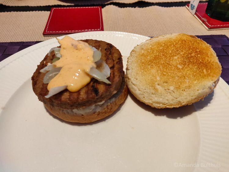 Vegaburger met shiracha-mayonaise