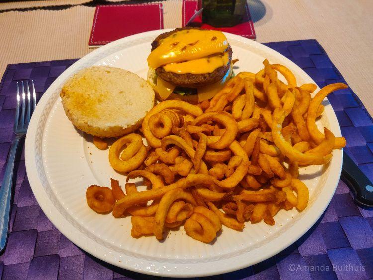 Vegan burger met curly fries