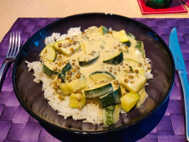 Curry met courgette en linzen