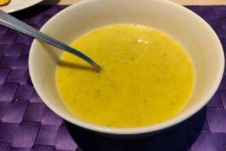 Gele paprika courgette soep