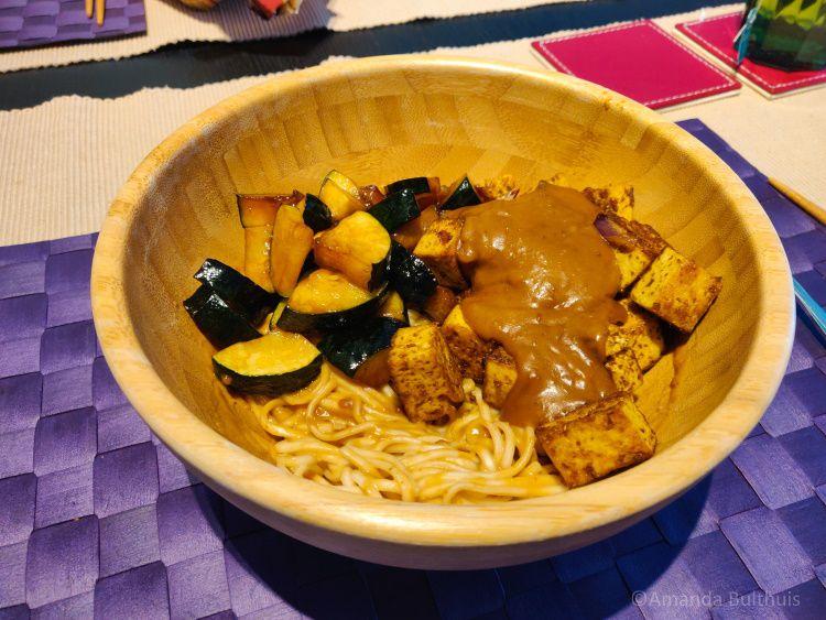 Noedels met saté, tofu en courgette