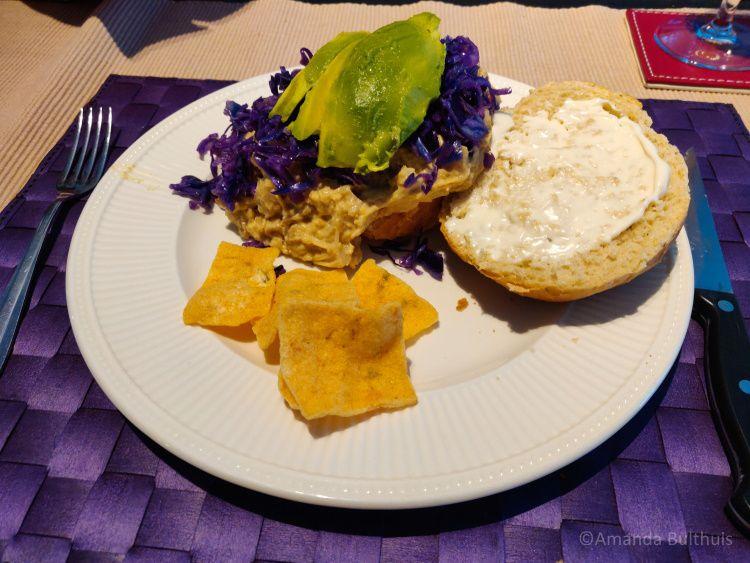 Broodje met vegan rendang en rode kool