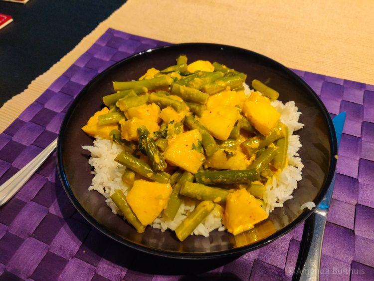 Curry met sperziebonen en ananas