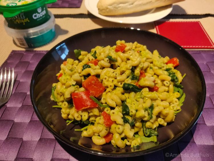 Macaroni met spinazie en avocado