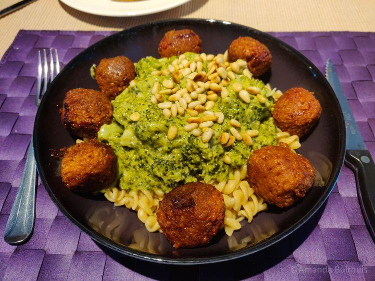 Pasta met broccoli en vegan gehaktballetjes Sustafoods