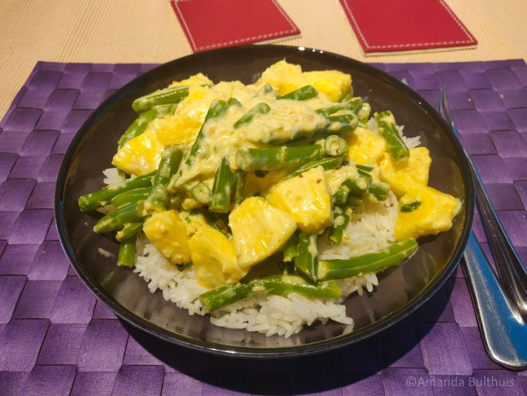 Curry met ananas en sperziebonen