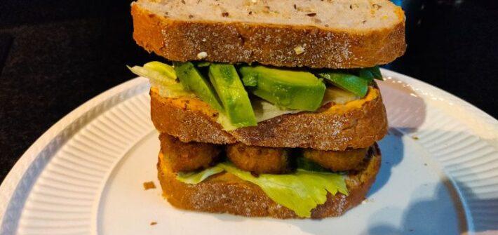 Sandwich met falafel en avocado